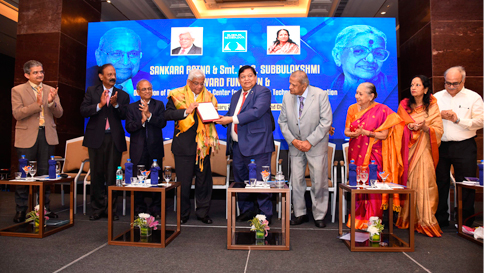 Shri Deepak Parekh, Chairman, HDFC receives the 'Sankara Ratna' award from Chief Guest Shri AM.Naik, Group Chairman, L&T