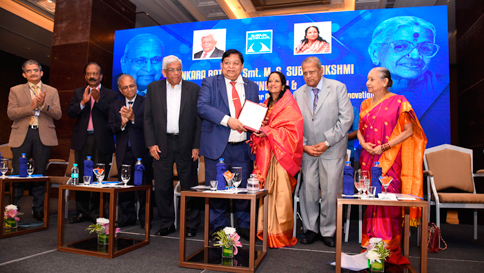 Shrimathi Vani Jairam being honoured with the 'Dr MS.Subbulakshmi award' by Chief Guest Shri AM.Naik