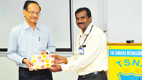 Mr A Mahalingam, Deputy Registrar, The Sankara Nethralaya Academy is presenting a Memento to the speaker Shri C S Ramakrishan, Chief Operating Officer, ACME consulting, Chennai for his Session and conducting online and onsite examination