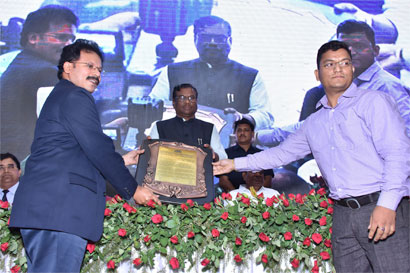 Dr RR.Sudhir receives the award from the Hon'ble Minister for State for Health & Family Welfare